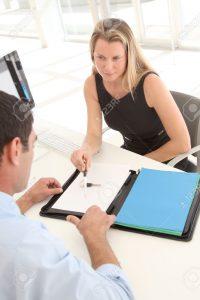 9347307-contrat-de-location-voiture-signature-Man-Banque-d'images